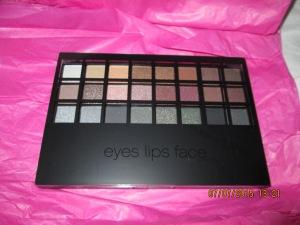 32-color Professional Eyeshadow Mini Set retailed at $10.00